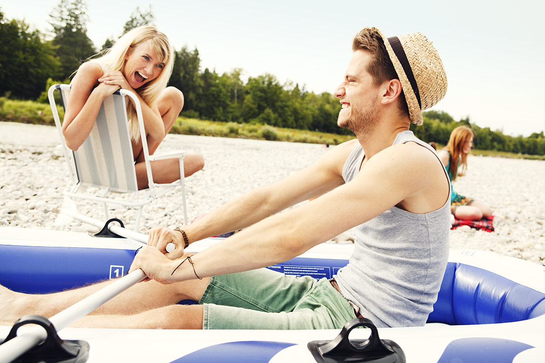 Paar hat Spaß mit Schlauchboot