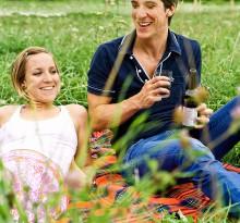 Pärchen auf Wiese beim Picknick
