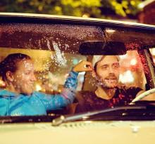 verliebtes Paar fährt nachts durch die regenerische Stadt