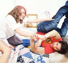 Paar verbringt Sonntag in der Wohnung