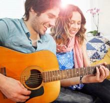 Paar spielt Gitarre