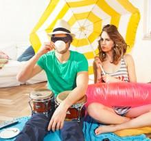 Paar macht Picknick in der Wohnung