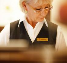 Dame am Empfang Hotel Oranien