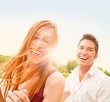 lachendes Paar in der Natur