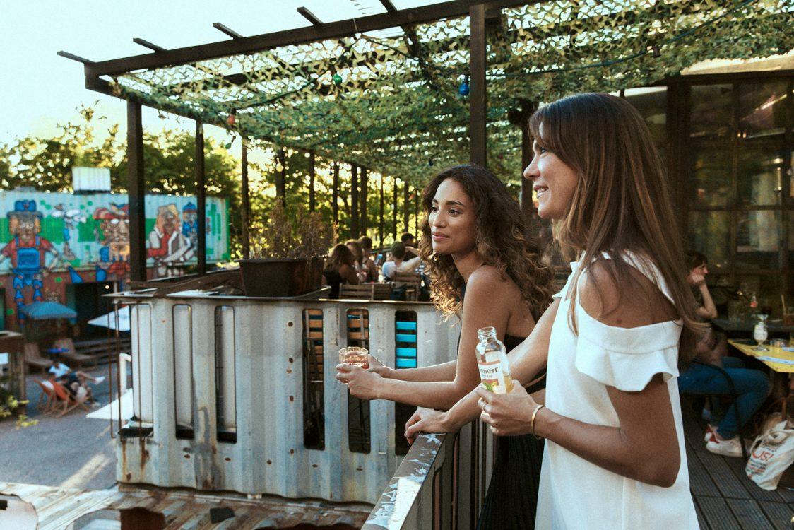 junge schöne Frauen in outdoor Bar