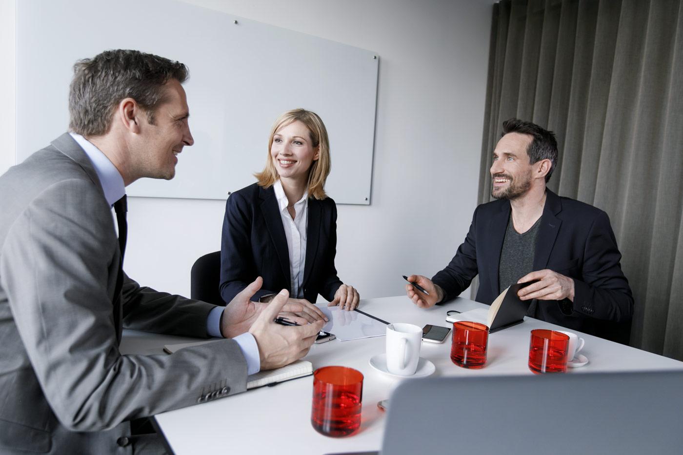 Kollegen beim Meeting - Fotografie für Unternehmen.