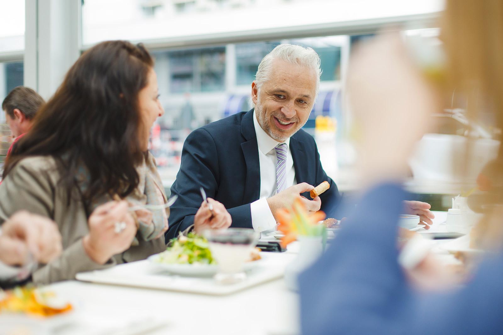 Businessmann beim Lunch mit Kollegen