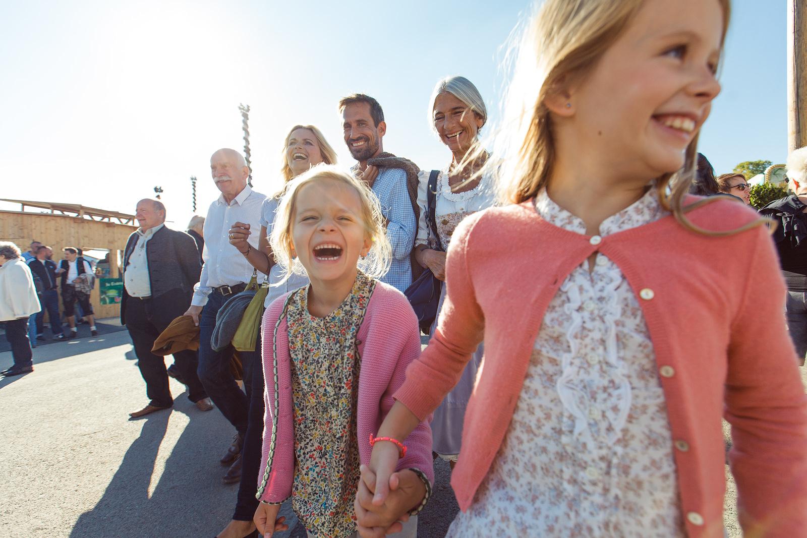 Familie und Kinder beim Ausflug am Volksfest