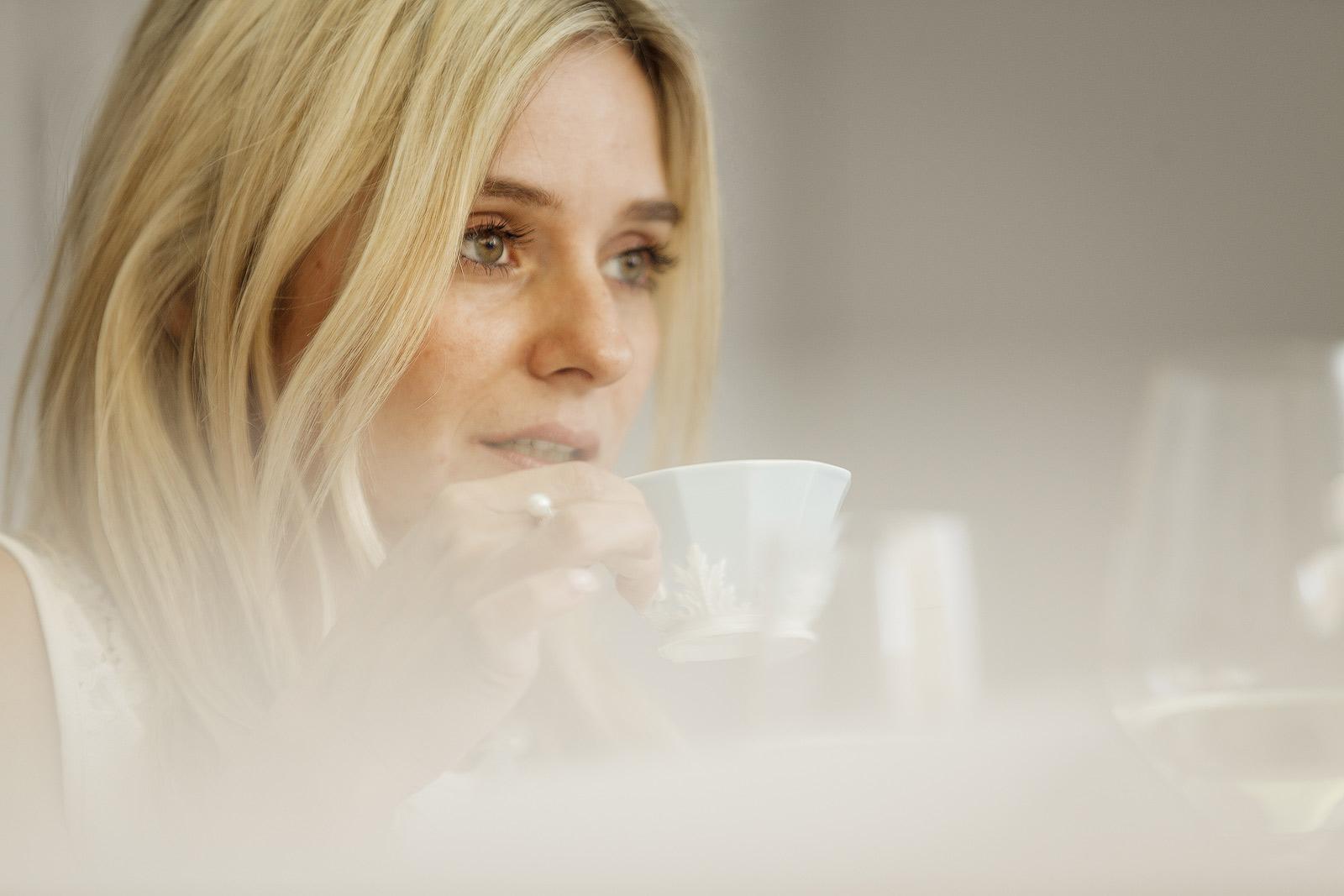 zeitlos moderne Fotografie einer schönen jungen Frau mit Kaffeetasse