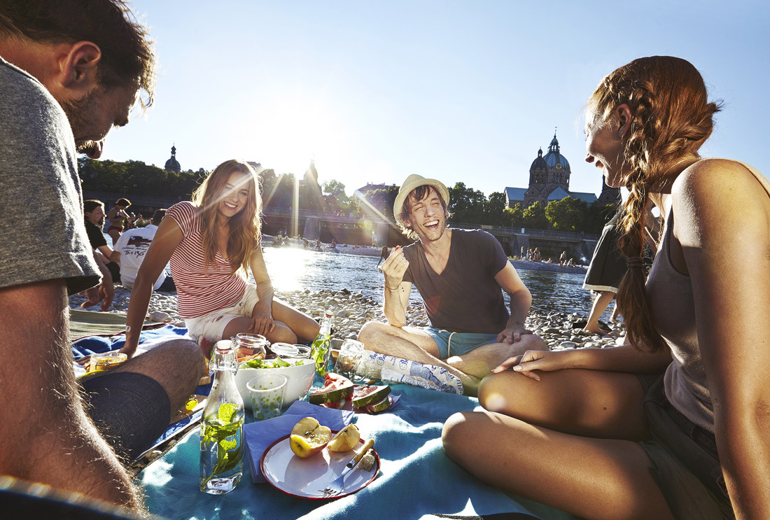 Freunde bei Picknick am Fluss