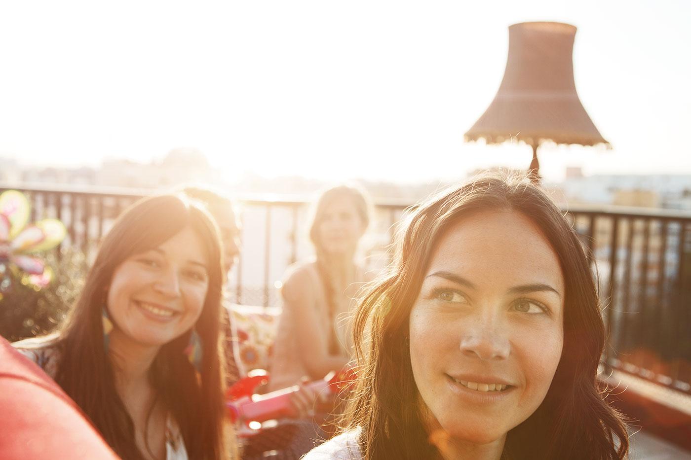 Freundinnen bei Sonnenaufgang
