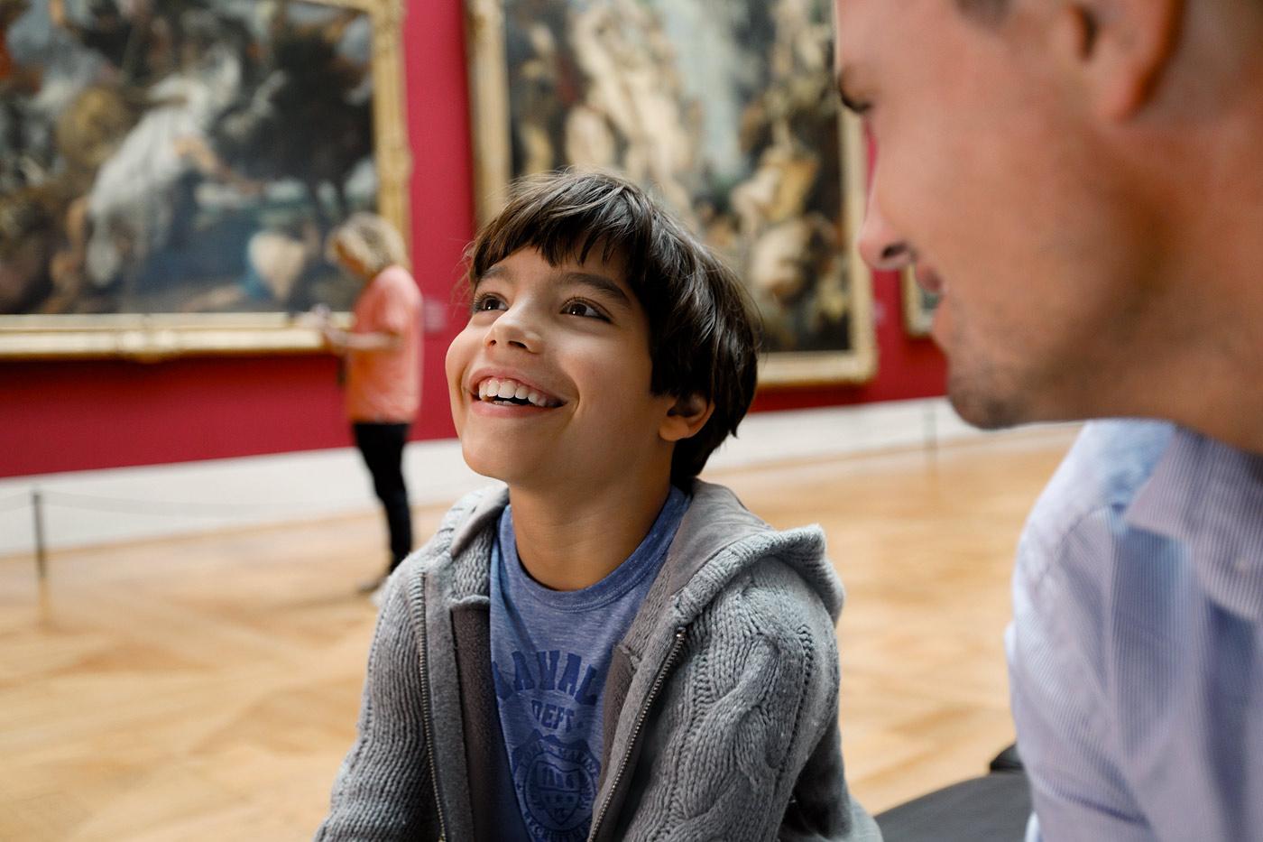 Junge staunt im Museum