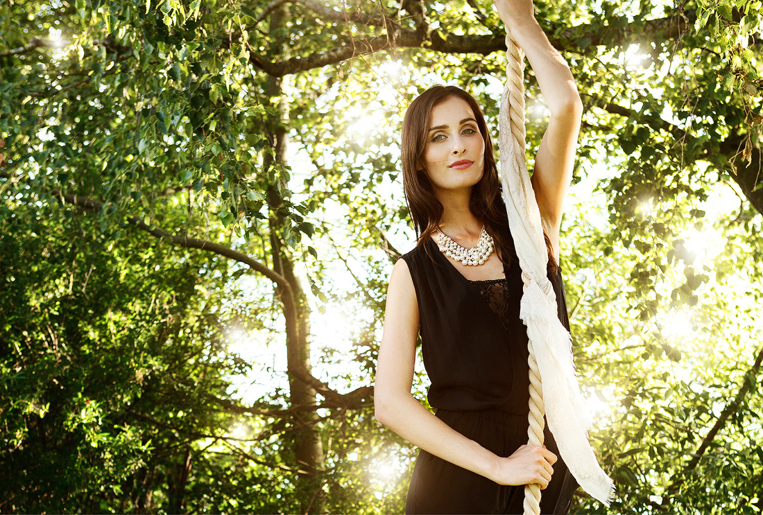 schöne Frau im Blätterwald