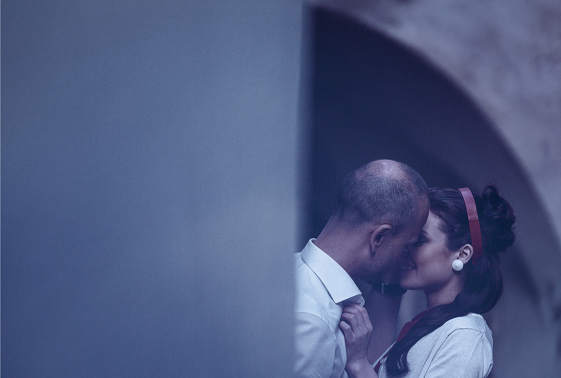 Paar küsst sich in einer engen Gasse