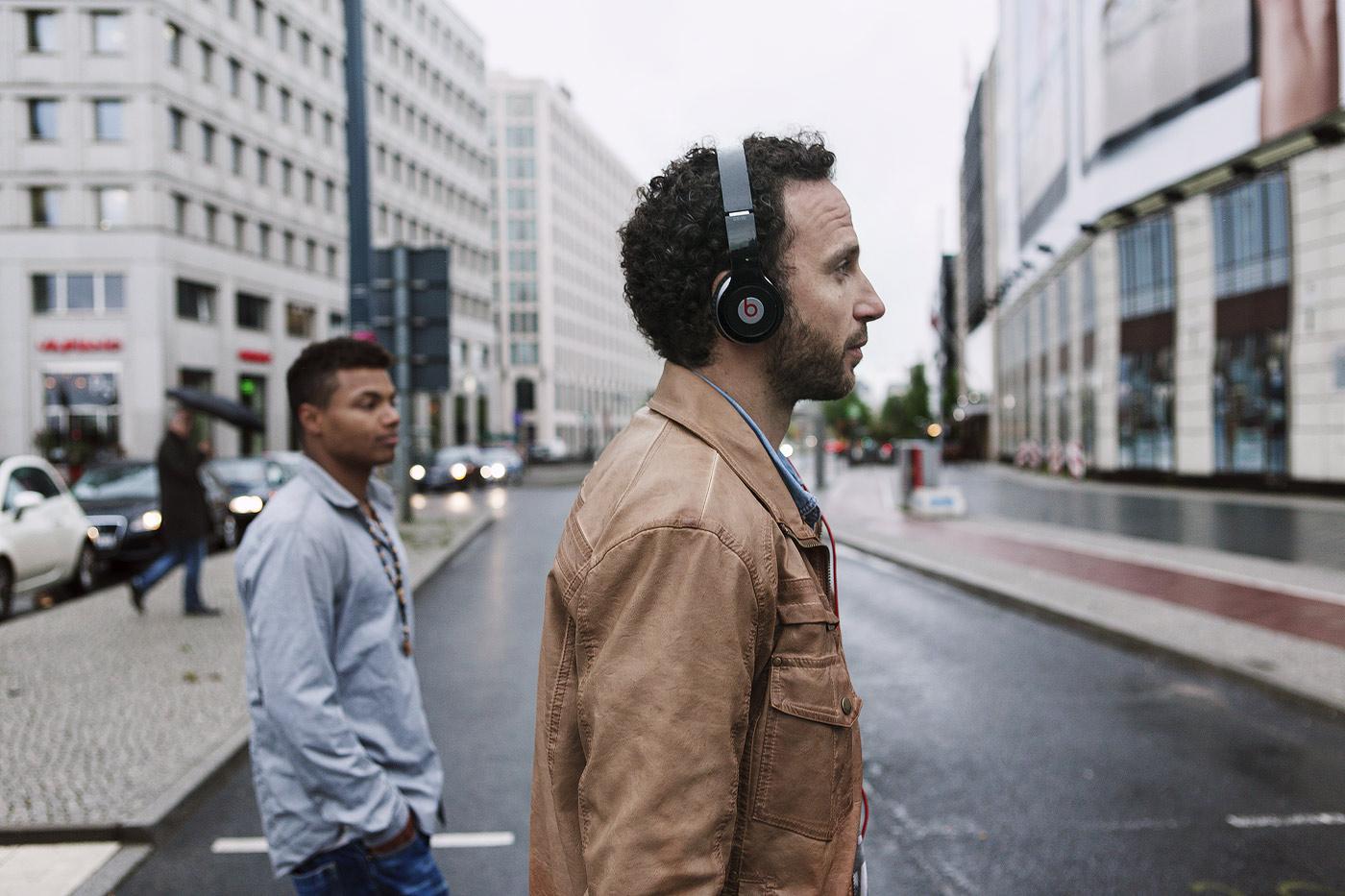 mann-musik-hoeren-urban-advertising