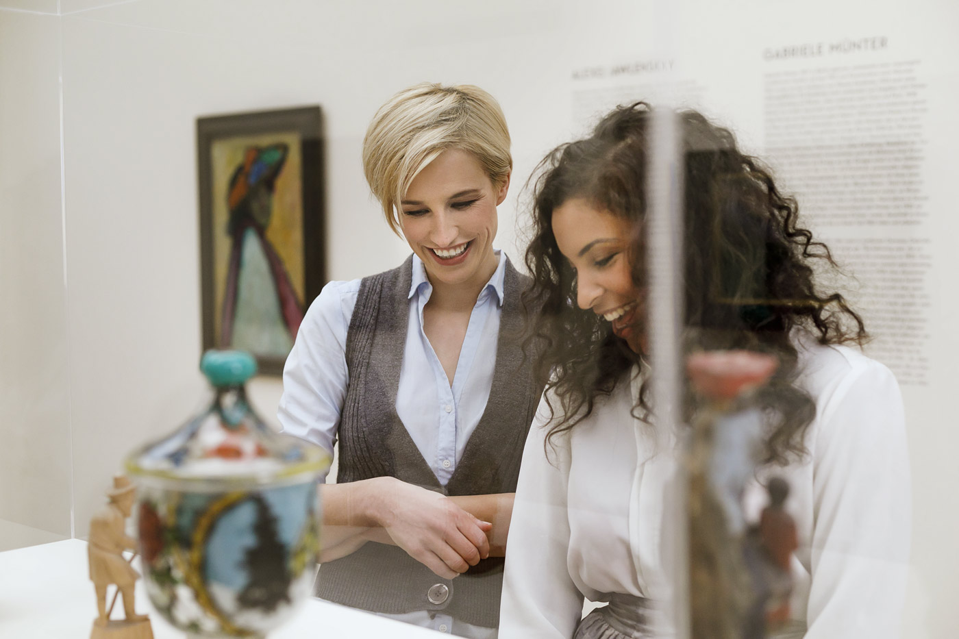 junge Frauen beim Betrachten von Kunstwerken