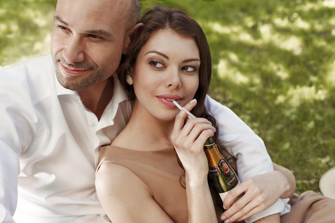 Elegantes Paar beim Picknick unter einem Baum - Werbefotografie