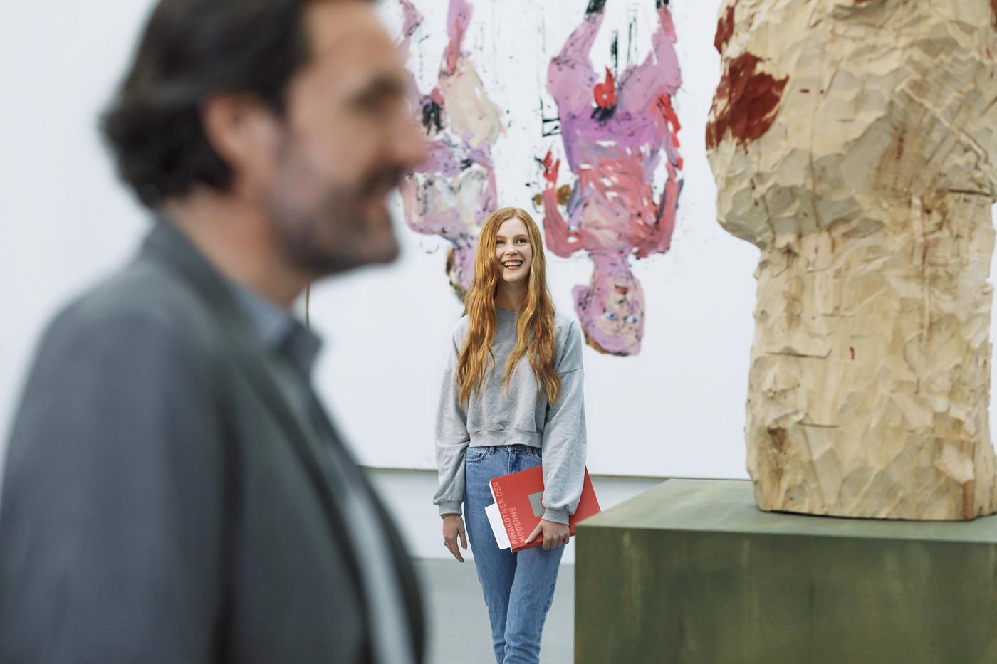 Junge Frau im Kunstmuseum