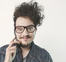Portraitfoto lustiger Typ mit Handy in München