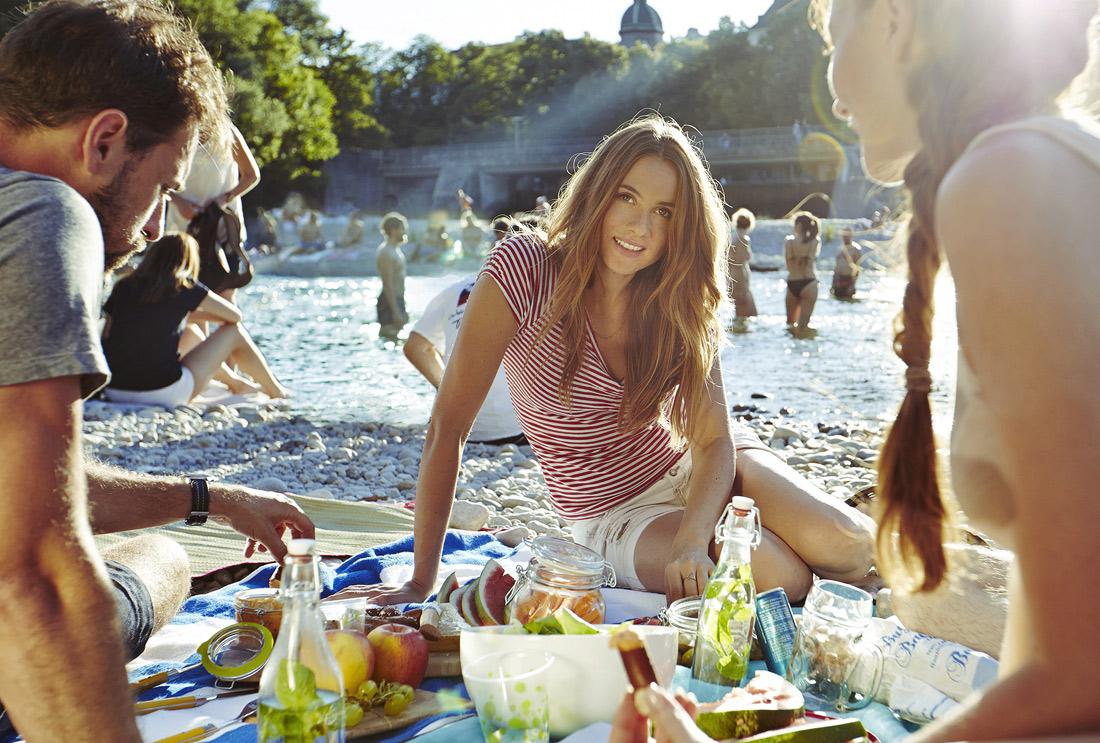 junge Frau mit Freunden im Sommer