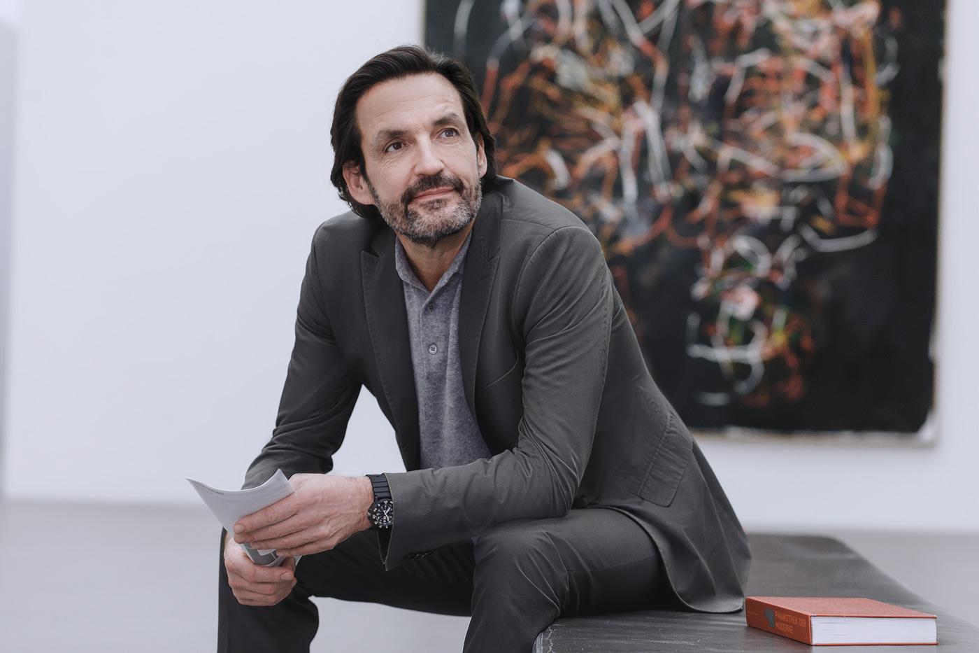 Kunstliebhaber beim Betrachten von Gemälden