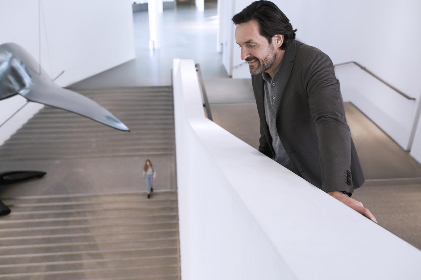 Mann in moderner Architektur der Pinakothek der Modernen