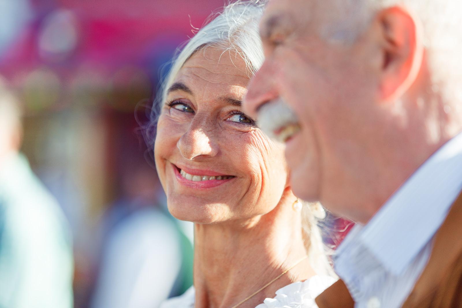 verliebter Blick eines alten Ehepaares