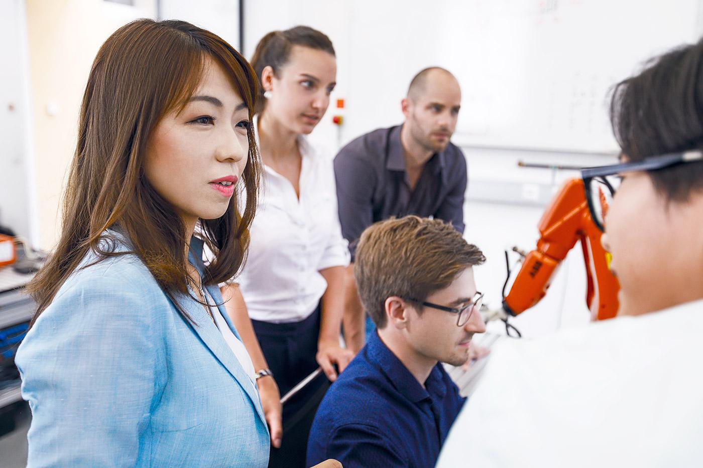 studenten programmieren roboter