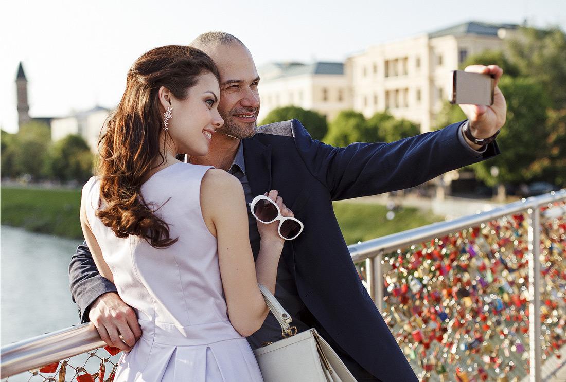 Elegantes Paar macht Selfie bei Sonnenuntergang - Lifestyle u Werbung