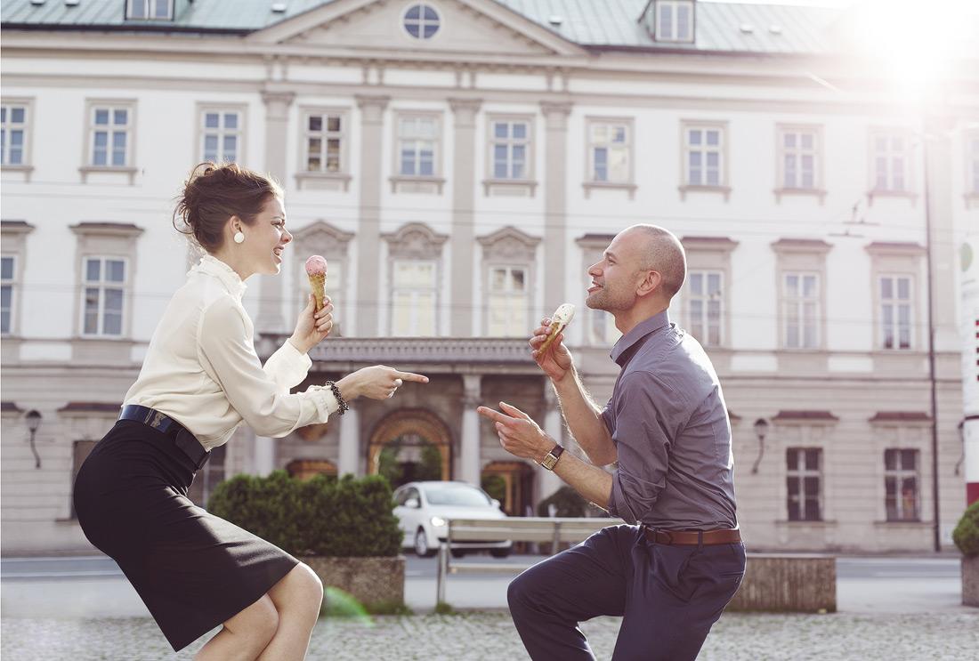 Ausgelassenes Paar gibt bei Tanz und Gesangs Performance