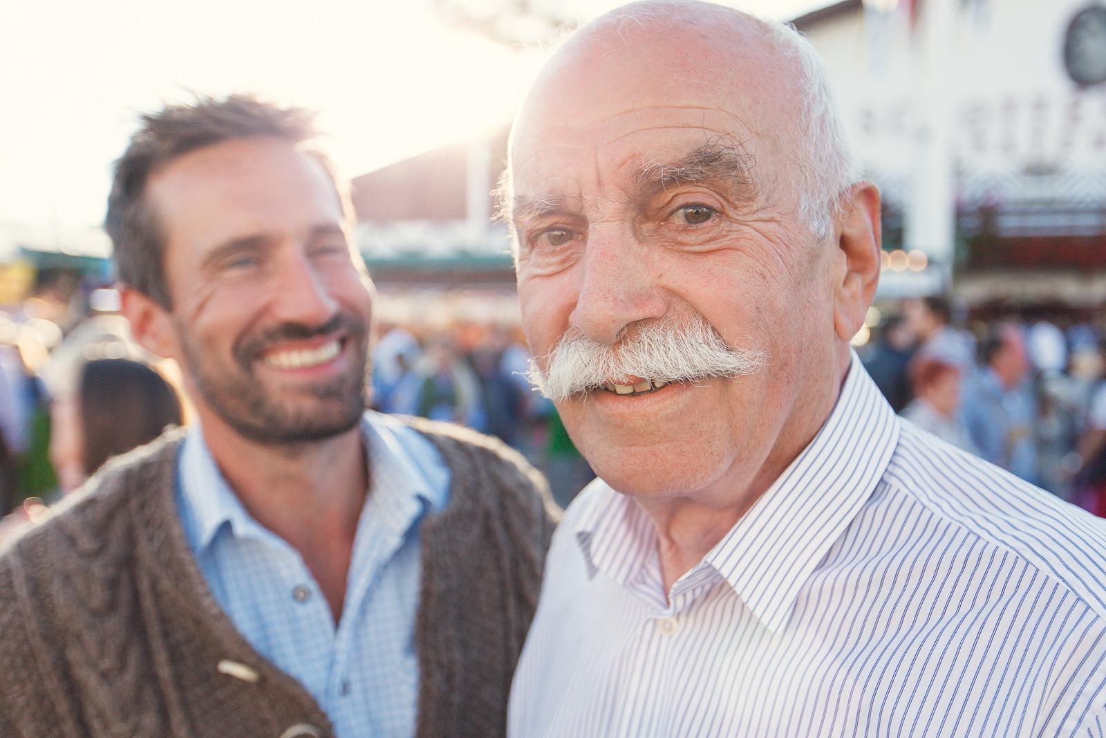 Vater und Sohn auf dem Oktoberfest