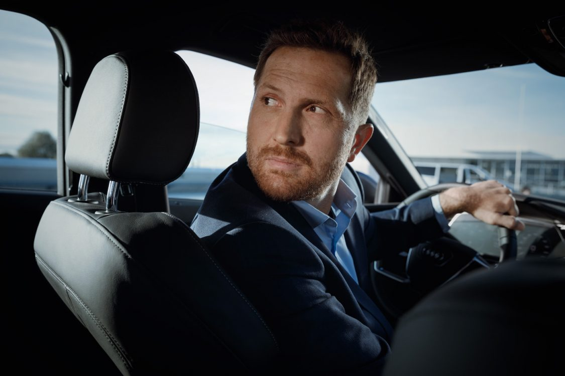 Geschäftsmann fährt im Audi rückwärts