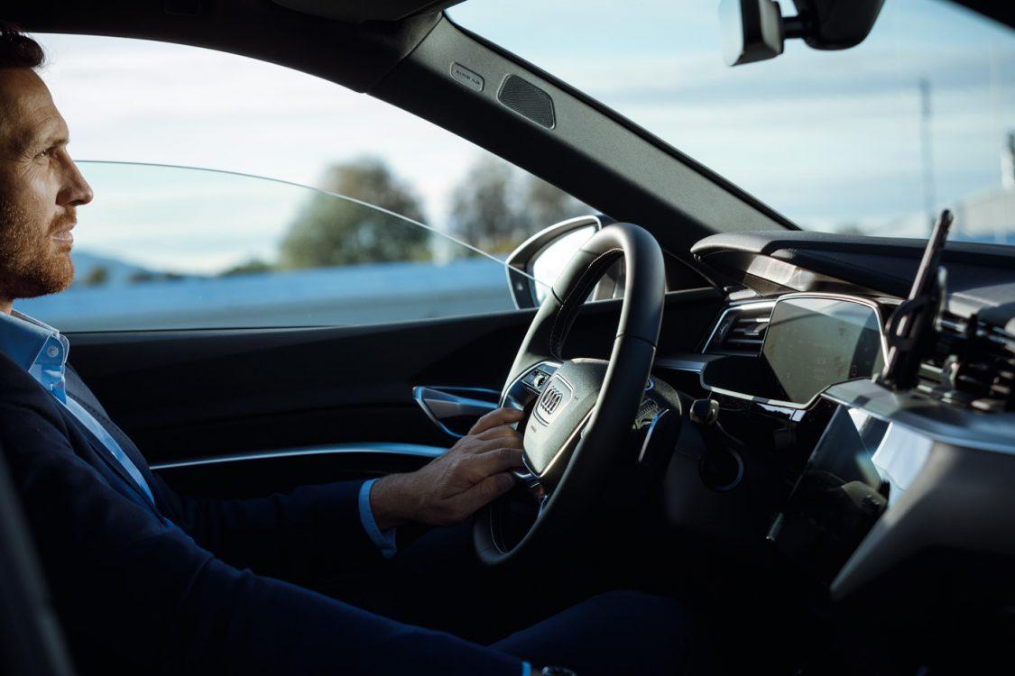 GEschäftsmann bei Autofahrt