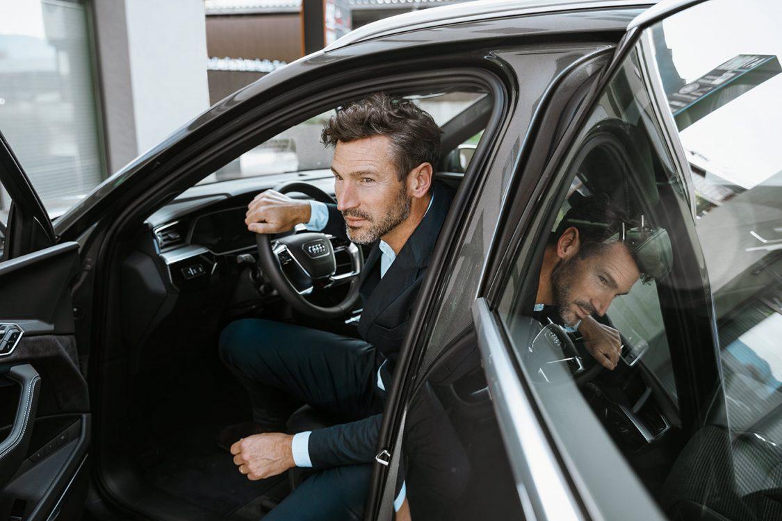 Mann steigt aus Audi aus