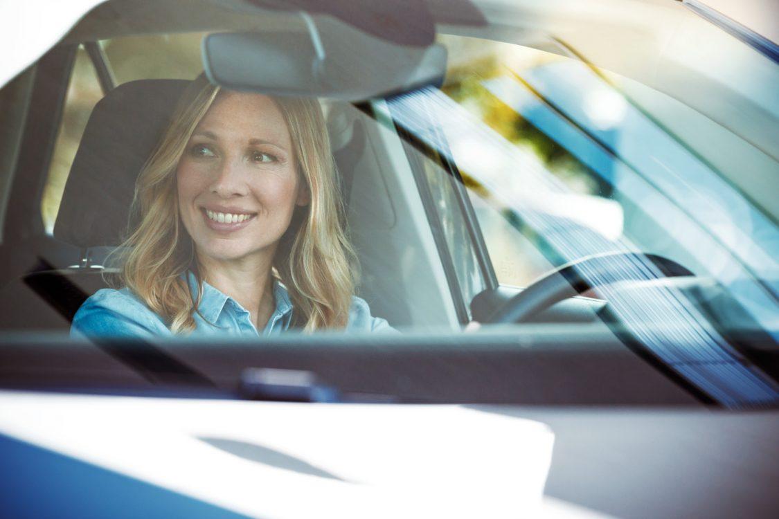 Frau durch windschutzscheibe fotografier