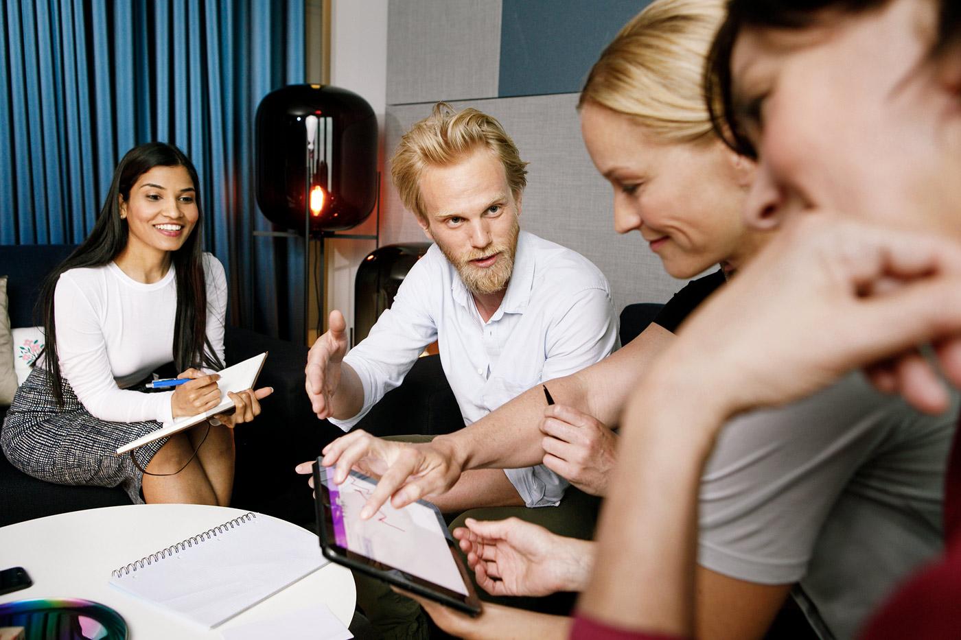 Fotografie Firmengründer beim Meeting
