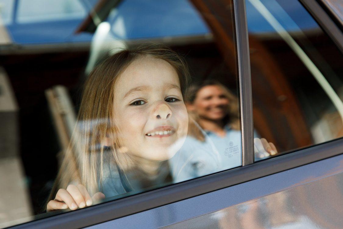 kleines Mädchen lustig an Windschutzscheibe