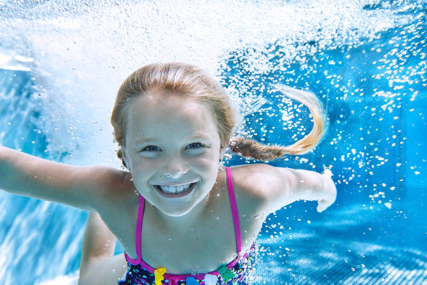 Vater und Kind im Schwimmbad Pool 1