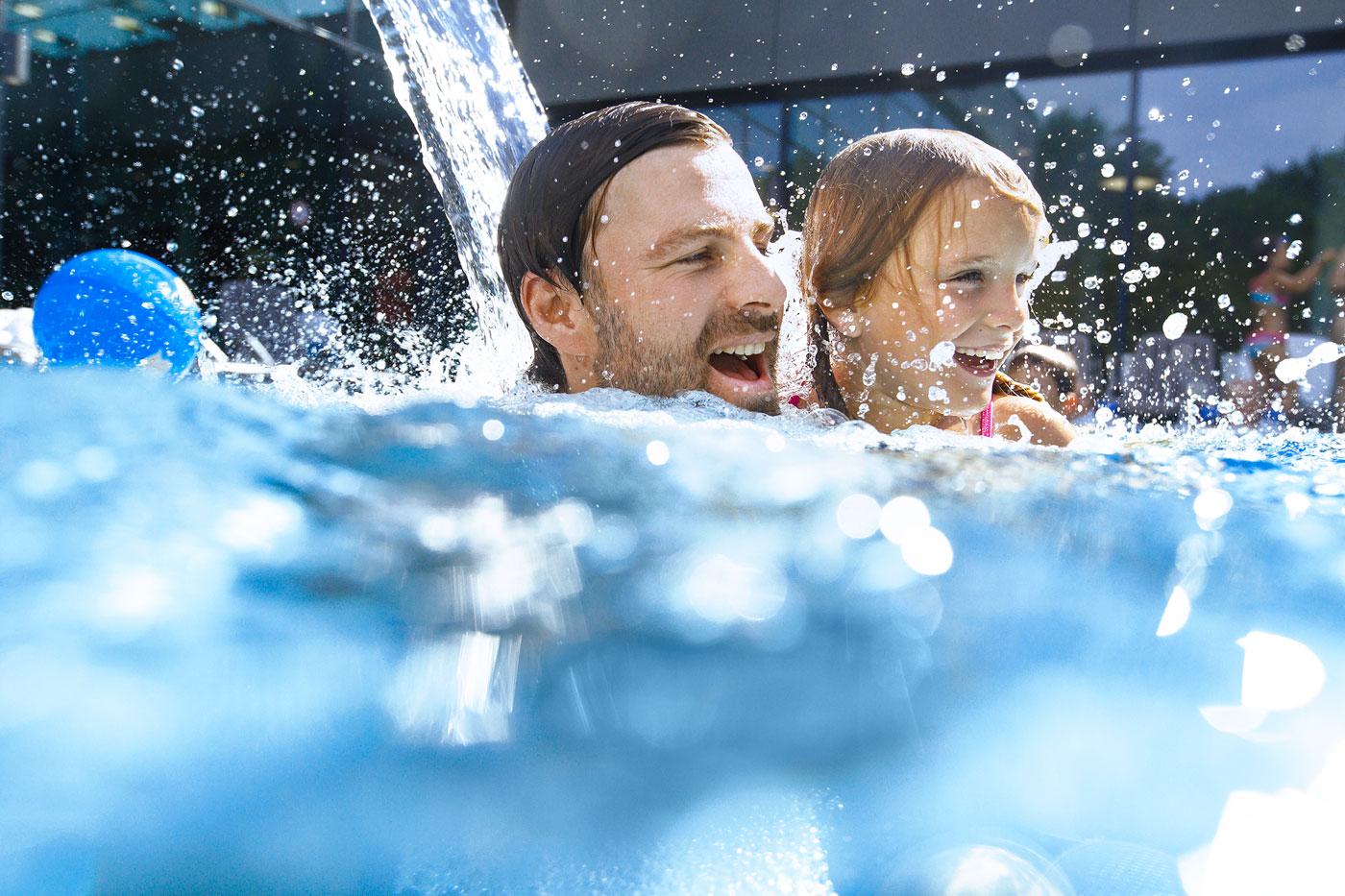 Vater und Tochter im Schwimmbad Pool 2